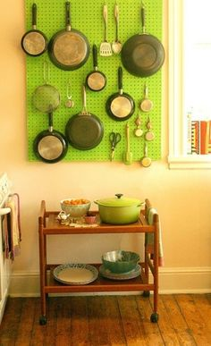 グリーン系の「ペグボード」のアレンジ。自分の使いやすいレイアウトを考えてフライパンを配置していきます。