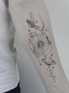 24 Creative Arm Tattoo Designs For Men That All Women Love. A simple linework or geometric design is more than enough to create something unique! 24 Creative Arm Tattoo Designs For Men That All Women Love. A simple linework or. Tattoos Masculinas, Feather Tattoos, Trendy Tattoos, Forearm Tattoos, Sleeve Tattoos, Tattoo Arm, 100 Tattoo, Life Tattoos, Simple Tattoos For Guys