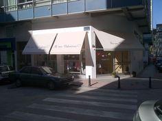 No sin Valentina, en la ciudad de A Coruña, una bonita tienda con unos bonitos toldos antica, fabricados por Tgm-Toldos Gomez.