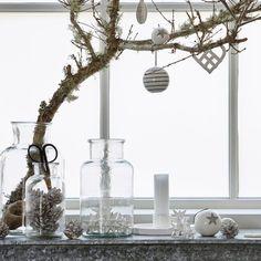 Surtout, pas de fioritures. Ça n'est pas le principe d'une décoration de Noël scandinave. Avec ce style, on fait simple et on va à l'essentiel en préférant l'authenticité à la sophistication. Less is more, voilà l'art de vivre nordique. Les belles pièces et les beaux objets sont les bienvenus, mais on les préfère en petite quantité pour suggérer une ambiance minimaliste...