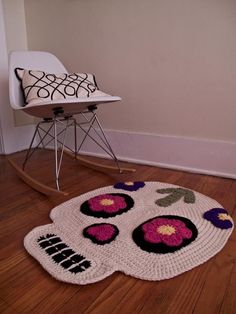 Day of the Dead/Skull Crochet Rug Inspiration (This was an item on Etsy that has sold, but see how you could possibly create your own! Diy Tricot Crochet, Crochet Skull, Crochet Home, Love Crochet, Crochet Crafts, Crochet Yarn, Yarn Crafts, Yarn Projects, Knitting Projects
