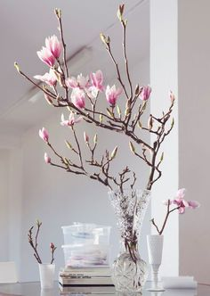 Flower miracle: our favorites for spring- Blütenwunder: unsere Favoriten für den Frühling In our WESTWING magazine, you can read all about our favorite flowers and flowers – this is the flower wonder! Tulpen Arrangements, Floral Arrangements, Centerpieces, Table Decorations, Tall Centerpiece, Deco Floral, Spring Home Decor, Home And Deco, Ikebana