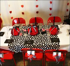 """REAL PARTIES: """"Olivia the Pig"""" Theme // Hostess with the Mostess®"""