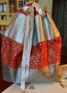 Et si cette année vous confectionniez une hotte de Noël en tissu pour placer tous les cadeaux au pied du sapin ou décorer votre intérieur à l'occasion des fêtes ? Ce tuto couture est gratuit. Occasion, Burlap, Reusable Tote Bags, Decor, Fashion, Tutorial Sewing, Fume Hood, Fir Tree, Tutorials
