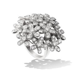 Inspired by the luxuriant blossom of the hemlock flower, the Socrate collection features alluringly asymmetrical designs. A burst of diamond blossom spills generously from this delicate white gold ring.