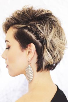 Are you looking for some braided hairstyles for short hair that are easy to do? We have picked the cutest and trendiest looks for you. Curly Hair Braids, Bob Braids, Short Hair Updo, Braids For Short Hair, Long Curly Hair, Side Braids, Cute Braided Hairstyles, Cool Short Hairstyles, Bob Hairstyles