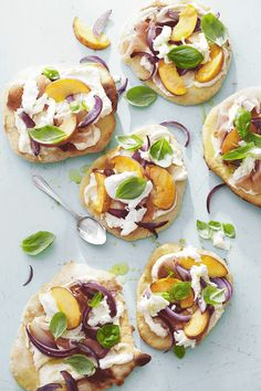 Italian flatbreads with peach, prosciutto and mozzarella: Like pizzas they can be cooked on the bbq or griddle. Make dough, then cook and top with fresh peaches, Italian cheese and prosciutto before sharing with friends and family. Healthy Snacks, Healthy Eating, Healthy Recipes, Clean Eating, Gluten Free Bagels, Smoked Trout, Italian Dishes, Prosciutto, Queso