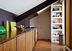 Une cuisine en bois mansardée