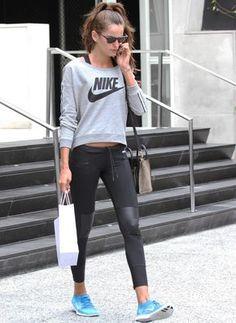 Para copiar el look de la modelo Izabel Goulart con sudadera gris de Nike, mallas con detalle de piel y zapatillas en turquesa.
