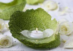 Un peu de verdure avec cette belle feuille de salade et têtes de roses