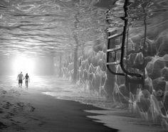プールの中とビーチを合成した写真。不思議な世界観がある。  (via http://thomasbarbey.com/ )