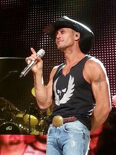 Tim performs in tanktop Male Country Singers, Country Musicians, Country Music Artists, Country Music Stars, Cute Country Boys, Country Men, Tim And Faith, Tim Mcgraw Faith Hill, Chris Young