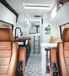 Fresh design with stunning simplicity Best Camper Vans and Van Life Hacks Best Interior Design Ideas for Camper Van Camper Van Design Ideas That'll Make Yo Van Conversion Interior, Camper Van Conversion Diy, Van Conversion With Bathroom, Van Conversion Layout, Motorhome Conversions, Sprinter Van Conversion, Bus Life, Camper Life, Campers