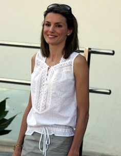 Her Royal Highness Doña Letizia. Short Kurti Designs, White Top And Jeans, Ankara Blouse, Myanmar Traditional Dress, Queen Letizia, Beachwear For Women, Love Her Style, Classic Outfits, Royal Fashion