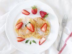 Pancakes mit Erdbeeren und Minze