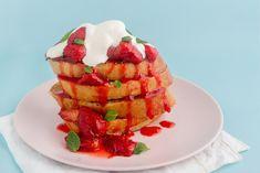 Si vous avez un petit faible pour le pain perdu, cette recette est définitivement faite pour vous ! Les délicieuses fraises apportent une touche d