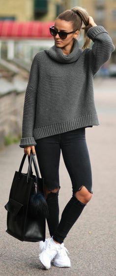 style décontracté et élégant à la fois, jean toué, baskets et joli pull grosse maille à col roulé