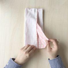 先日ご紹介しました『箱ティッシュがそのまま使える!ポケットティッシュカバーの作り方』で、たくさんの方から「作ったよ」の声が聞けて、とても嬉しいです!今回は、これをもっと簡単にアレンジしてみました。手縫いのステッチをしなくてもOKなので、工程もシンプルです!