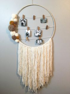 Photo Hanging Dreamcatcher, Pom Pom Dreamcatcher, Large Wall Hanging, Picture Ha… - All For Herbs And Plants Yarn Wall Art, Yarn Wall Hanging, Wall Hangings, Wall Art Boho, Dream Catcher Boho, Boho Diy, Hanging Pictures, Diy Wall Decor, Diy Crafts Room Decor