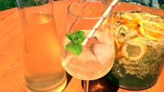 Holunderblüten-Saft herstellen - Rezept von Joes Cucina Verde Orange, Wine Glass, Tableware, Elderberry Recipes, Pickled Tomatoes, Lemonade, Dinnerware, Tablewares, Dishes