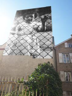 """JR in Baden-Baden • Von der Tagesschau wurde übrigens JR (niemand weiss welcher Name wirklich hinter dem Pseudonym """"Just Ridicule"""" steckt) titulierte ihn übrigens als """"Der Vandale, der zum Superstar wurde""""  Dies bezieht sich wiederum auf seine erwähnte Pariser Zeit in der er demonstrierende und aufgebrachte Jugendlich während der Unruhen in Paries Banlieue Clichy fotografierte."""