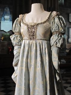One of Danielle& gowns from the movie, EVER AFTER This is indicative of the type of gown a noblewoman would have worn in the early Renaissance Costume, Medieval Costume, Medieval Dress, Renaissance Dresses, Renaissance Fashion, Italian Renaissance, Vestidos Vintage, Vintage Gowns, Vintage Outfits