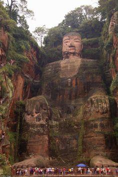 Gigantesca, y de 1200 años de edad, el Gran Buda de Le Shan tallada en un acantilado con vistas a tres ríos : el Dadu, min, y Qingyi. La estatua gigante atrae a multitudes de turistas a la zona.