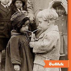 Çocuğunuza paylaşmayı öğretmek için onunla en az iki kişinin oynayabileceği oyunlar oynayabilir, oyunlardaki rollerinizi değişerek empati yeteneğini geliştirebilirsiniz.