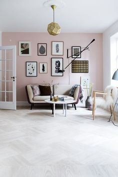 Un salon rose d'inspiration scandinave