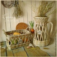 recycled newspaper, basket and Jug Newspaper Paper, Newspaper Basket, Newspaper Crafts, Paper Basket Weaving, Willow Weaving, Weaving Projects, Wicker Baskets, Diy And Crafts, Easy Diy