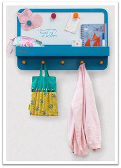 Notre nouveau tableau ForgetMeNot est enfin disponible!  Qu'a-t-il de plus que l'ancien ?  - Une étagère plus profonde qui vous permet de stocker encore plus de livres, clefs, papiers ou petits objets du quotidien  - Un nouveau tableau magnétique qui fait de lui le parfait mémo !  #TidyBooks #tableau #pense-bête #mémo