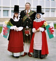 Wales The Welsh national costume - distinguished by the tall black hat and white apron - is generally only seen at festivals and fairs these days. We Are The World, People Of The World, Historical Costume, Historical Clothing, European Costumes, Saint David's Day, British Traditions, Costumes Around The World, Cymru