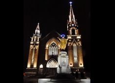 Un cadeau de Noël scintillant : la mise en lumière de l'église Sainte-Agnès | Réinventer la ville | Lac-Mégantic Light Architecture, Exterior Lighting, Empire State Building, Lighting Design, Lights, Sacred Heart, City, Outdoor Deck Lighting, Light Design