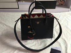 Garanta já a sua!  Compre via Direct ou pelo site.  Encontre mais modelos em nosso site: WWW.BOLSASIMPORTADASDEGRIFES.COM.BR  Parcele em até 5x sem juros no cartão, ou à vista com 10% de desconto.  Para mais informações entre em contato via whatsapp: (11)98981-5748  #bolsasdeluxo#bolsas#famosas#luxo#bags#moda#grifes#bolsasdegrifes#rica#mulheres#glamour