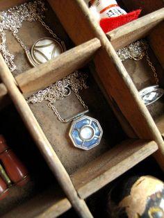 Collier manchette bleu ciel à la pastille de nacre | Etsy Iris, Little Box, Ciel, Pendant Necklace, Etsy, Jewelry, Mother Of Pearls, Necklaces, Jewels