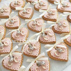 """Biscottini a cuore con ciondolino 💝 Realizzato su progetto di Alessandra Marrone Wedding Planner #instafood #ilas #ilassweetness #biscotti #cuore #pastadizucchero #sugarpaste #matrimonio #segnaposto #wedding #weddingday  Per info e richieste contattami qui  www.facebook.com/ilascake  e se ti va metti """"mi piace"""" alla mia pagina 👍🏻"""