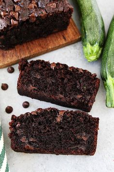 Chocolate Zucchini zucchini Bread that tastes like chocolate cake! This is the BEST zucchini bread recipe! Healthy Chocolate Zucchini Bread, Best Zucchini Bread, Zucchini Bread Recipes, Healthy Zucchini, Just Desserts, Delicious Desserts, Cake Recipes, Dessert Recipes, Poblano