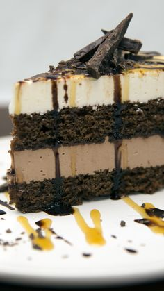 Tuxedo Cake Chocolatey, caramel-y, cheesecake-y goodness, all in one cake. Chocolate Cheesecake, Chocolate Cake, Food Cakes, Cupcake Cakes, No Bake Cheesecake Filling, Tuxedo Cheesecake Recipe, Cake Recipes, Dessert Recipes, Gastronomia
