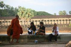 personnes devant les temples d'Angkor Wat... Notre article sur le Cambodge: http://www.novo-monde.com/article-cambodge.php#