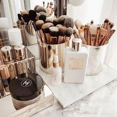Rangement Makeup, Makeup Storage Organization, Makeup Brush Storage, Vanity Table Organization, Makeup Brush Holders, Beauty Storage Ideas, Make Up Organization Ideas, Bedroom Organisation, Organizing Solutions