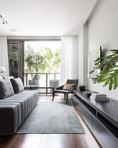 Projeto de Ambidestro Arquitetura e Interiores. Espaços compactos se transformam em ambientes amplos em apê de 70 m². Living amplo e integrado. (Foto: ©Marcelo Donadussi)