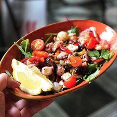 Avez-vous déjà dégusté la Insalata di Polpo? Une salade de Poulpe avec de la roquette du citron jaune de Sicile et des tomates confites! Une salade fraiche et savoureuse pour démarrer votre repas en légèreté.  #prestofresco #italianfood #italien #pasta #pizza #restaurantitalien #mangeritalien #gourmand #gastronomie #food #cucinaitaliana #italiancuisine