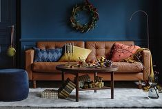 IKEA LANDSKRONA skinnsoffa i julpyntat vardagsrum