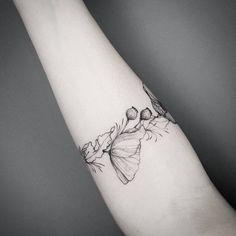 """Gefällt 1,280 Mal, 5 Kommentare - Frauke Katze (@fraukekatze) auf Instagram: """"Details.  #flowertattoo #botanicaltattoo #fraukekatze #fraukekatzetattoo  #tattoohamburg #botanical…"""""""