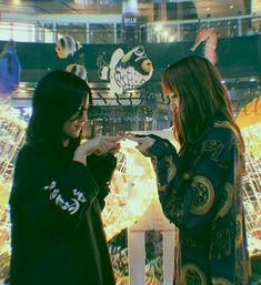 Blackpink Lisa and Jisoo Kpop Girl Groups, Korean Girl Groups, Kpop Girls, Blackpink Jisoo, Blackpink Wallpaper, Blackpink Photos, Pictures, Girl Couple, Park Chaeyoung