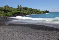 Maui, Hawaii. Wai'anapanapa Beach är en vacker strand med svart lavasand.  Stranden har skapats av het lava som rinner till havet.