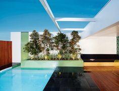 zwembad met bloembak als rand