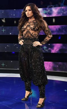 <p>The New Zealander looks like a princess in purple and feathers at the 2017 MTV VMAs.</p>