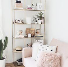 Details of European style homes. The Best of interior decor in Details of European style homes. The Best of interior decor in Decor Be sure to check out this helpful article. Shelf Decor Bedroom, Home Decor Inspiration, Room Design, Interior, Home, Gold Bedroom, Living Room Decor, Room Inspiration, Bedroom Decor
