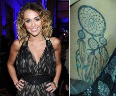 Pin for Later: Stars et Tatouages, une Grande Histoire D'amour  Miley Cyrus a un attrapeur de rêves tatoué sur la cage thoracique.